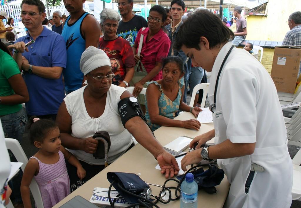 Evento oferece mais de 80 tipos de serviço na praça José Bastos.