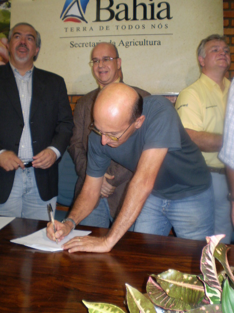 O agricultor Carlos Alberto Fraife Barreto assinou simbolicamente um dos primeiros contratos