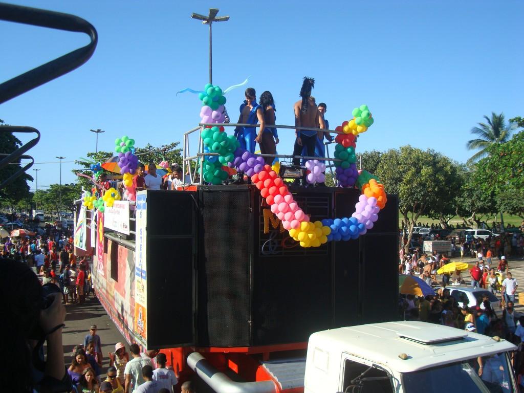 Parada Gay aconteceu dois dias depois de banner (cartaz) com beijo de dois homossexuais na praça J.J. Seabra.