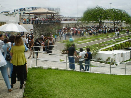 Uma multidão acompanhou o sepultamento de Letícia Brandão