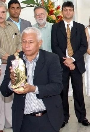 Olha a cara do secretário do Planejamento, Maurício Athayde, durante a missa de ação de graças pelo aniversário do prefeito Azevedo, no sába (8). Em que o rapaz estaria pensando?