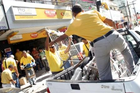 Fiscais da prefeitura confiscaram mercadorias dos camelôs - Foto: Vinícius Borges