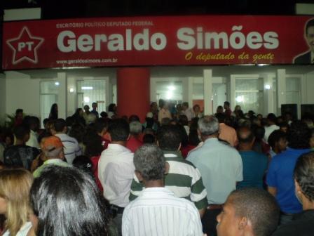 Uma multidão acompanhou a inauguração e as declarações do deputado