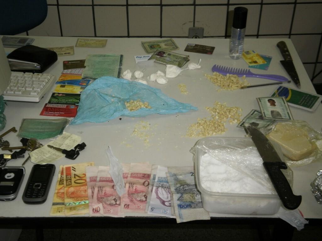 Drogas, dinheiro e cartões de crédito apreendidos pela polícia (Foto Kássia Luana).