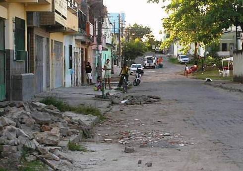 Na rua Santo André, bloquetes e entulhos foram lançados na calçada.
