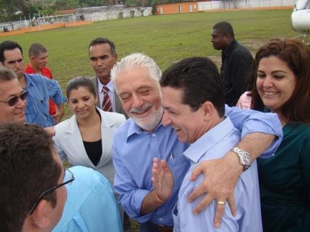 Wagner afaga Geraldo em evento em Camamu