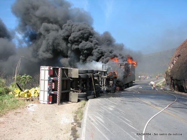 Caminhões explodem após colisão frontal em uma curva próximo a Itabela (Foto Hugo Santos).