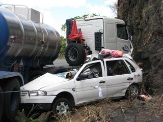 Carro teria invadido mão contrária (Foto Hugo Santos/Radar 64).