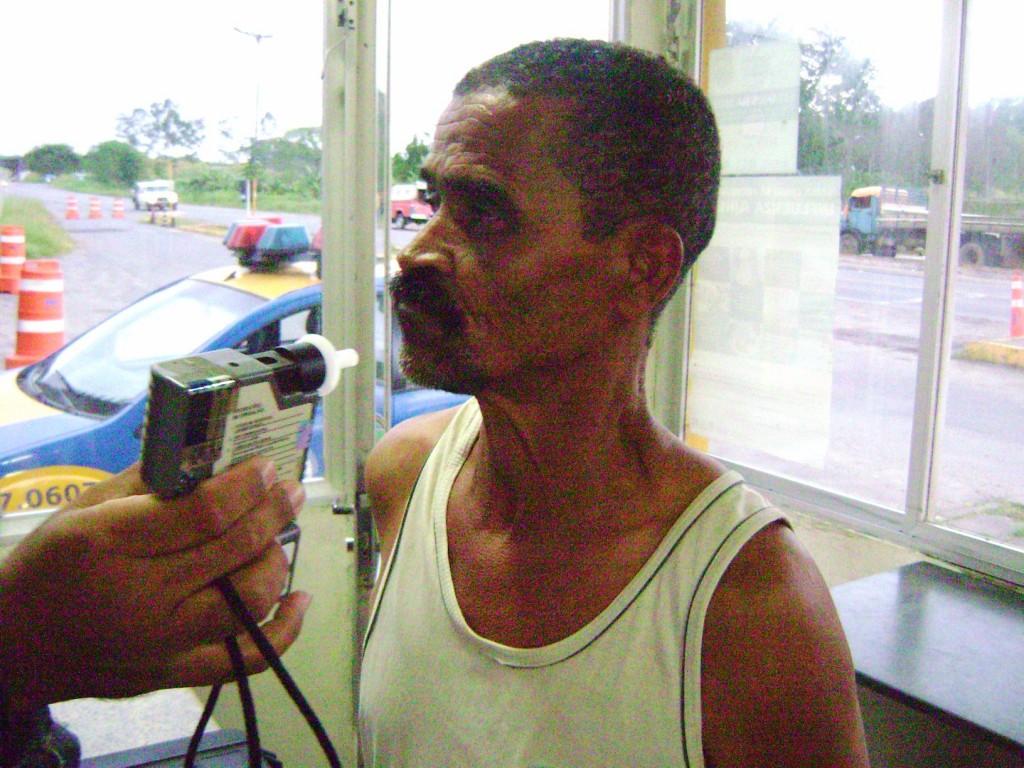 Motorista é obrigado a fazer teste do bafômetro  (Foto Costa Filho/Pimenta).