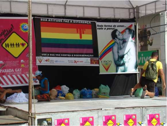 Estande da polêmica e, à direita, o cartaz do beijo gay (Foto Maurício Maron/JBO)