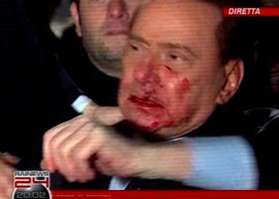 """O """"putão"""" Berlusconi: agredido em comício."""