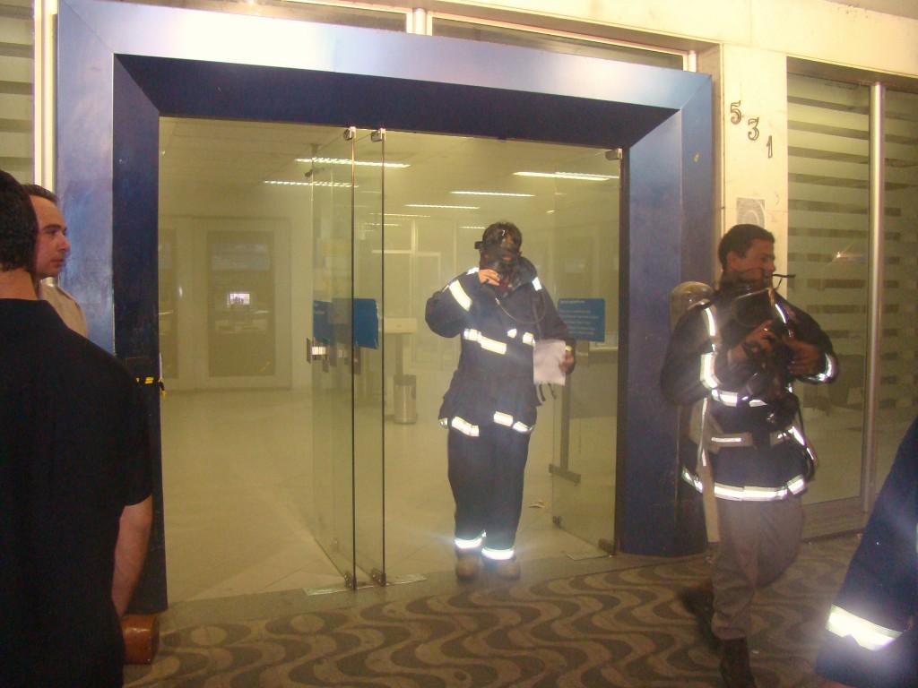 Bombeiros deixam agência após controlar princípio de incêndio (Foto Pimenta).