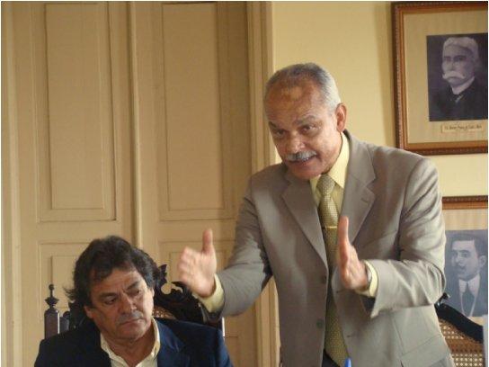 Newton, impaciente, ouve o brigadeiro Godinho (Foto Maurício Maron).