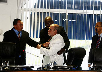 França Teixeira, de cinto na mão, é contido por seguranças (Reprodução da capa de A TARDE).