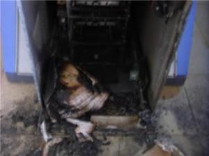 Caixa foi destruído pela quadrilha (Foto Cledeilton Santos/Xilindró).