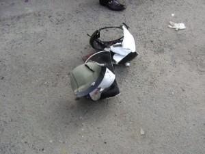 Acidente destruiu o capacete da estudante.