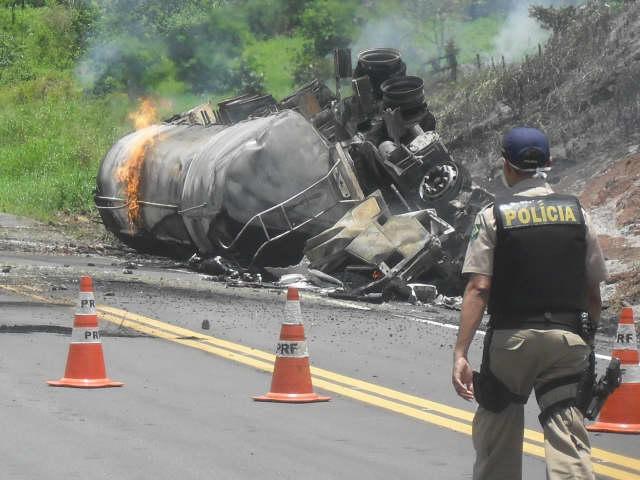 http://www.pimentanamuqueca.com.br/wp-content/uploads/carreta-bi-trem-inc%C3%AAndio-br-101-foto-Elio-Almeida-Pimenta-na-Muqueca.jpg