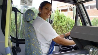 Cíntia é a primeira mulher a dirigir ônibus em Itabuna.