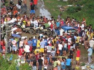 A polícia isolou a área e caçou os assassinos, mas não obteve sucesso - Foto: Oziel Aragão