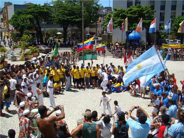 Delegações abrem roda para a capoeira em show de integração.