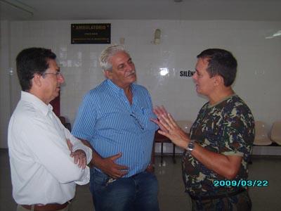 O deputado e o diretor da 7ª Dires conversam com o tenente Álvaro do Nascimento