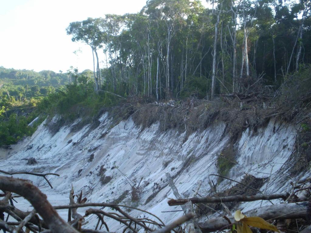A exploração de lavras de areais provocam grandes fendas em áreas de dunas.