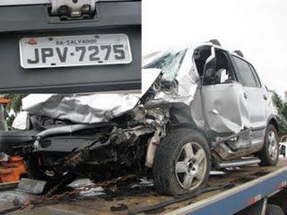Carro ficou praticamente destruído na colisão (Foto Xilindró).