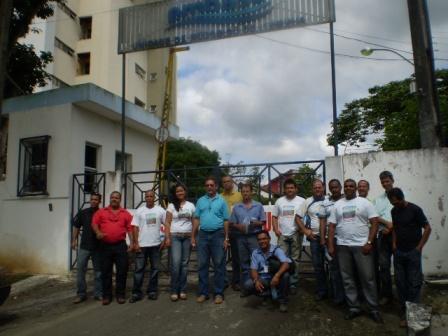 Os funcionários da Embasa interditaram a entrada do escritório local