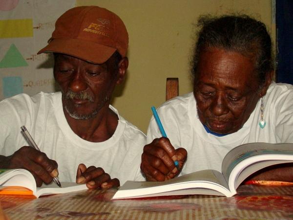 Dona Enedina, 100 anos, aprende a ler e escrever ao lado do filho, Lourival, 61.
