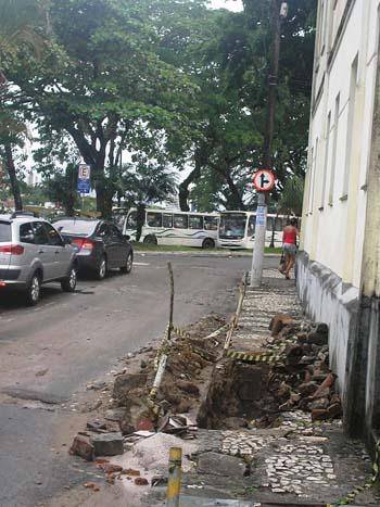 Conserto de entupimento na rua Miguel Calmon se arrasta há quatro meses