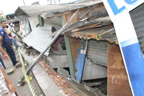 Laje com estrutura ruim não suportou o peso das barracas (fotos Waldir Gomes)