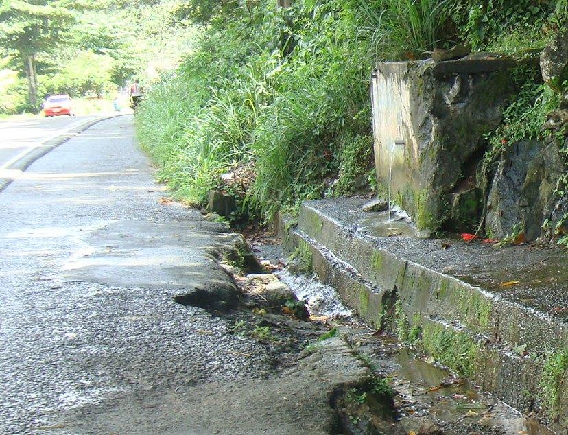 Água 'batizada' mata a sede de moradores do Banco da Vitória e de quem trafega pela Ilhéus-Itabuna.