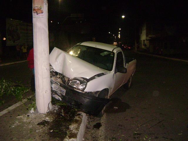 Carro desgovernado subiu canteiro central e chocou-se contra poste (Foto Pimenta).