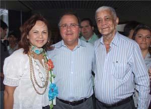 Acácia, ao lado de Geddel e do deputado federal Raymundo Veloso. O filho, Márcio Veloso, não aparece na foto, mas é o grande articulador da aliança