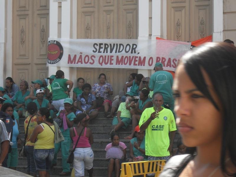 Servidores da limpeza pública bloqueavam acesso ao Paranaguá desde ontem.