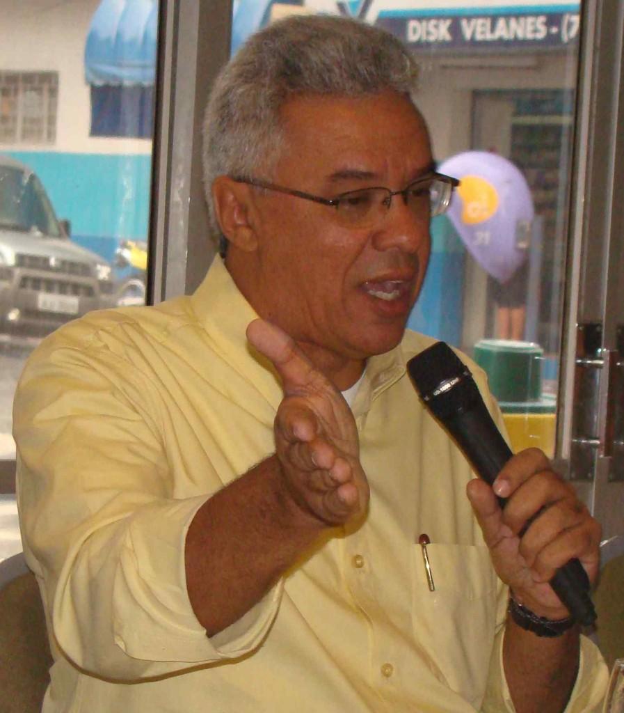 """Almeida condena """"indecência"""" de ex-gestores."""