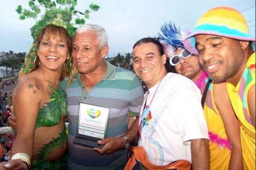 """O prefeito Capitão Azevedo prestigiou a Parada LGBT em Itabuna, no último domingo, e recebeu homenagem como parceiro na luta pela inclusão e contra a homofobia. Na foto, o prefeito posa ao lado da """"mulher-samambaia"""" (Foto Waldir Gomes)"""