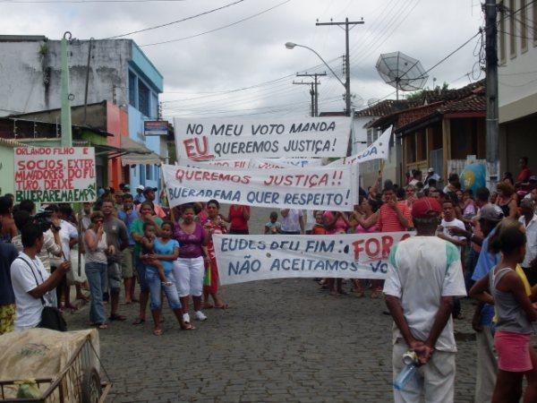 Manifestantes voltaram a ocupar quarteirão do fórum e prefeitura (Fábio Roberto).