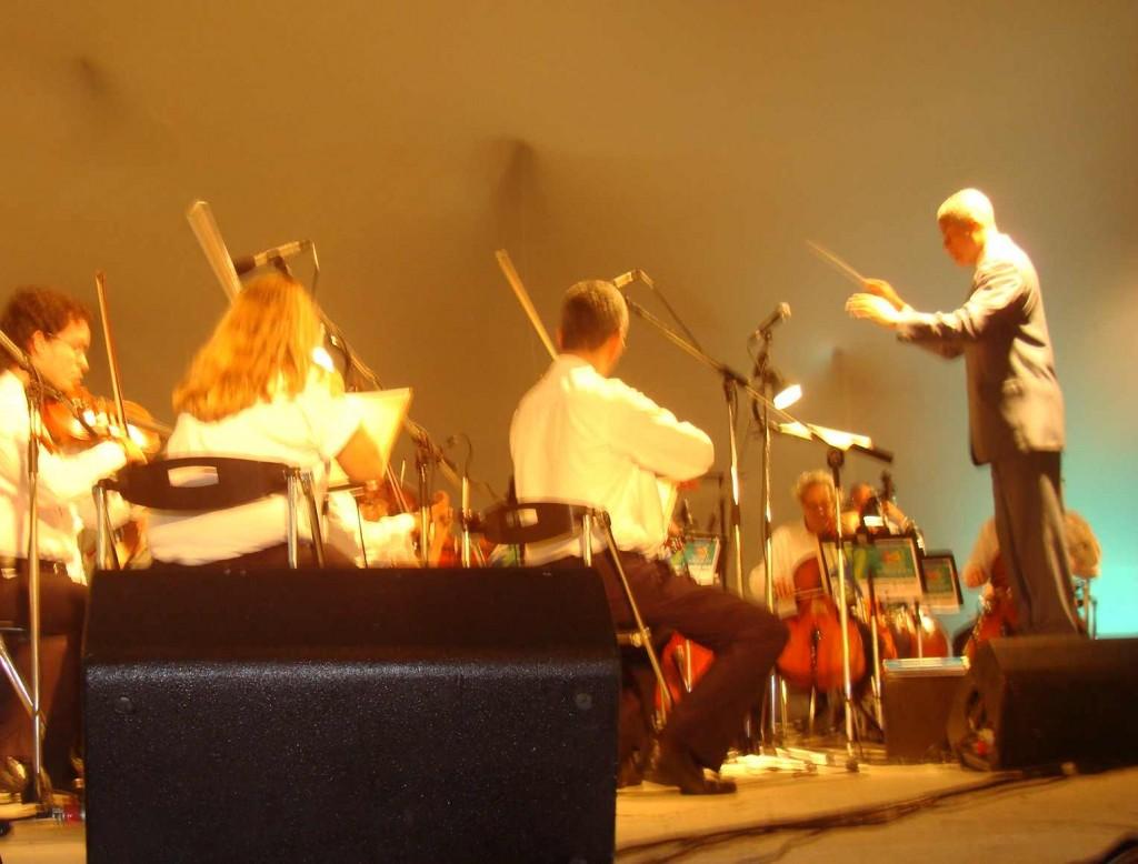 Ângelo Rafael foi o regente convidado para a apresentação da Orquestra Sinfônica em Ilhéus (Fotos Luiz Fernandes).