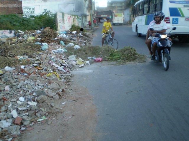 Transitar no local é operação de risco; motoqueiros, motoristas e pedestres indignados