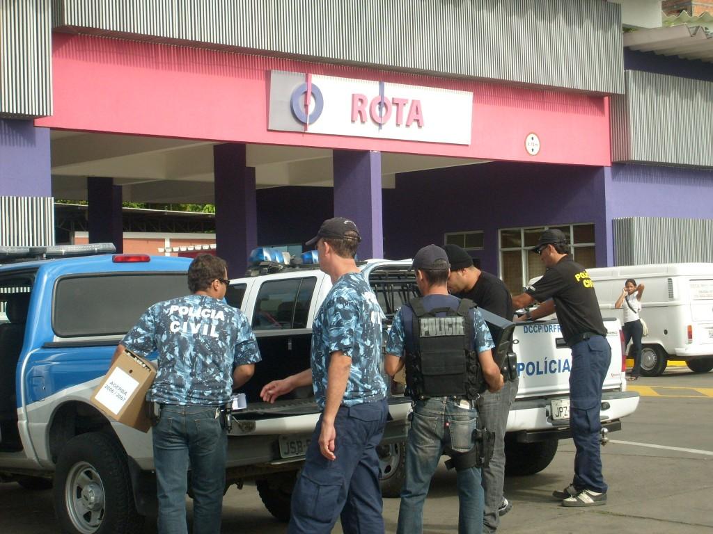 Policiais recolhem caixas de documentos e computadores na Rota.