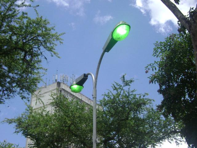 """Sol a pino, céu azul e a """"iluminação diurna"""" na praça José Bastos."""