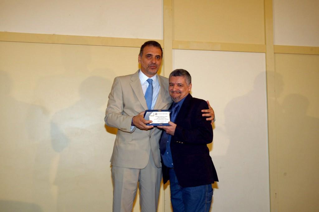 O secretário Nelson Pellegrino entrega a Marcel Leal, placa de reparação (Foto Manu Dias).