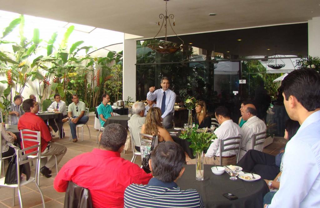 Robinson Almeida (c) fala de política de comunicação do Governo Wagner.