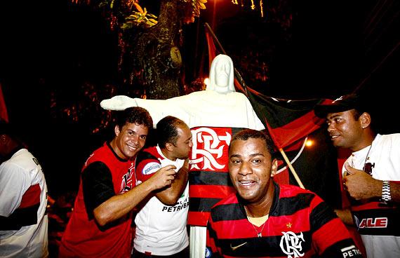 Na imagem de Luiz Tito/Agência A Tarde, torcedores do Flamengo comemoram o sexto título nacional com réplica do Cristo ao fundo. Nada de Rio de Janeiro. A festa aí foi na praça do Pontalzinho, em Itabuna.