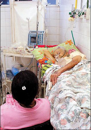 A idosa sofre com a falta de leitos em UTI - Foto: João Queiros