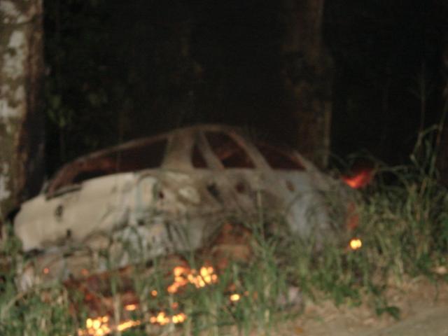 Carro pegou fogo e motorista foi salvo por motoboy (Foto: Agnaldo Santos/Pimenta).