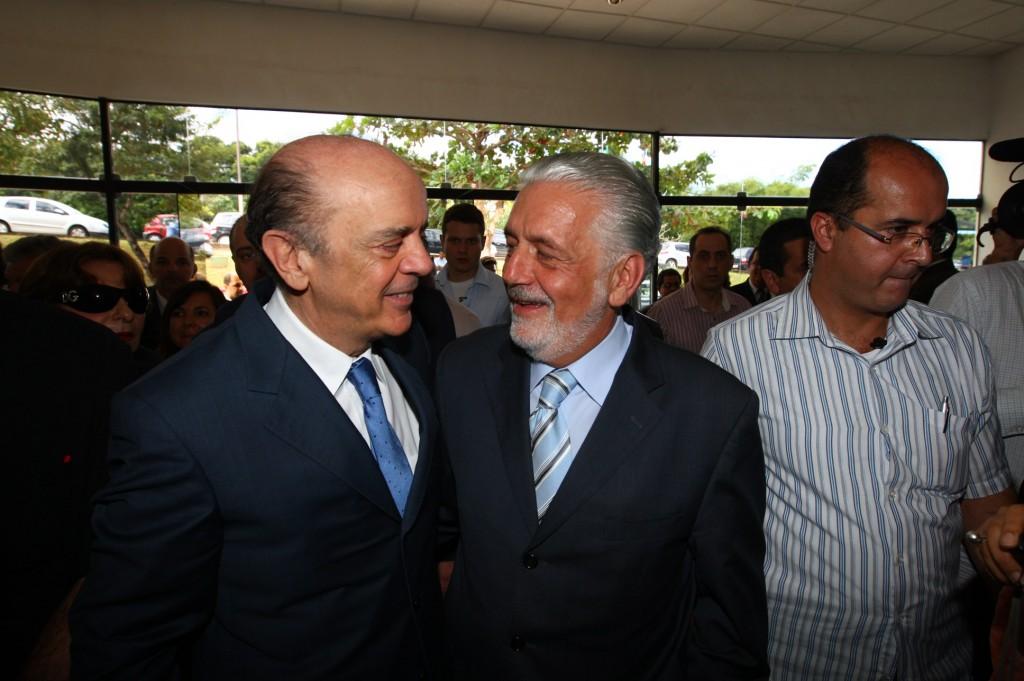Wagner e Serra trocam afagos em evento na governadoria.